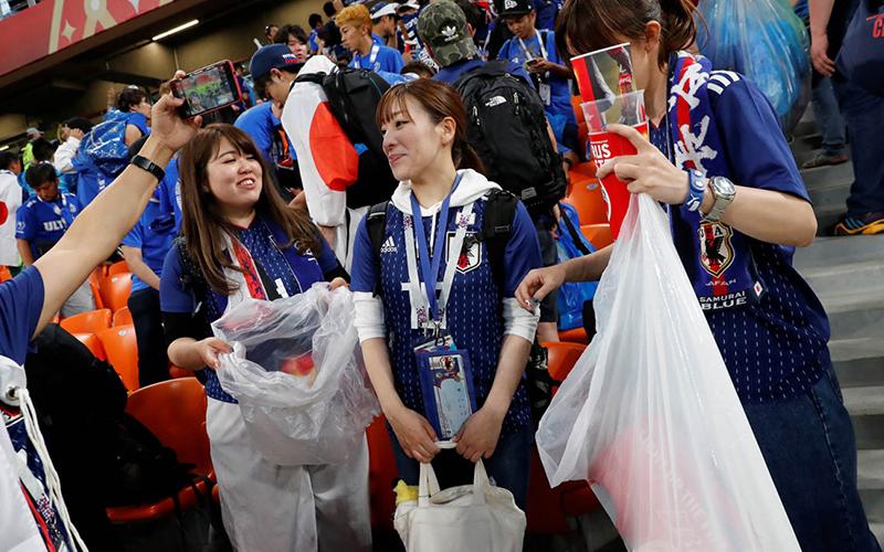 Saat Piala Dunia 2018, Suporter Jepang Bersihkan Sampah di Stadion Usai Pertandingan